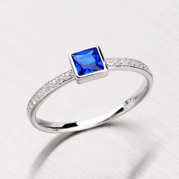 Stříbrný prsten se syntetickým safírem a zirkony RXC15140057SAF