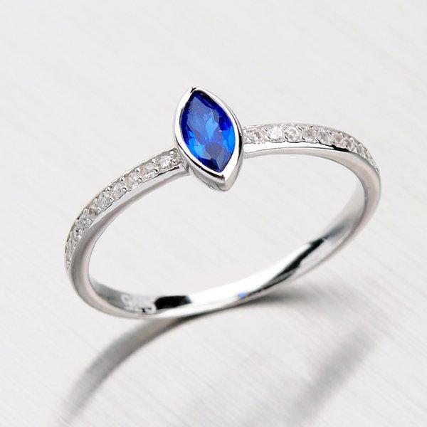 Stříbrný prsten se syntetickým safírem a zirkony RXC15140058SAF