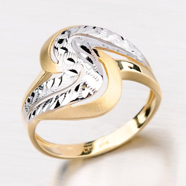 Zlatý prsten zdobený gravírováním a matem 11-112