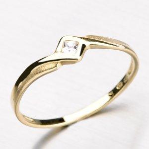 cc7ba2bef Prsten ze žlutého zlata s čtvercovým zirkonem DZ1113-ZL